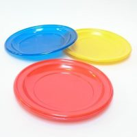 case-tanjuri-boja-stol-rodjendan-proslava-plastični-žuta-crvena-plava-sveisvasta (1)